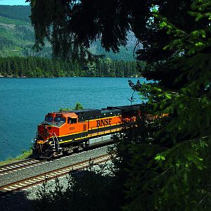 BNSF 1034 along Lake Easton