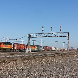 BNSF_7185_with_its_great_lash-up