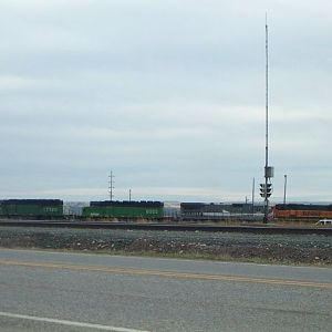 LMX Dash 8-39B along with BNSF (patched BN) SD40-2's