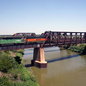 BNSF 7822 & B-UNIT over the river