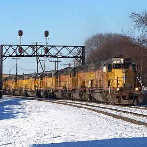 UP 2985 heads east through Rochelle