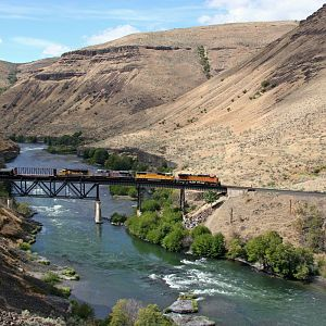 Colorful consist north at Sherar's Falls on the BNSF Oregon Trunk.