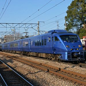 JR series 883 at Kashii