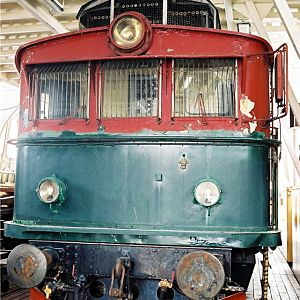 El9 in a strange engineshed (2)